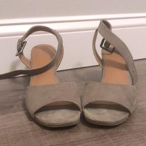 Universal Thread tan/gray heels